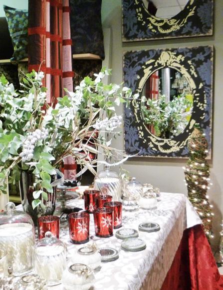 Χριστουγεννιάτικη διακόσμηση βιτρίνας υφασμάτων