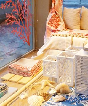 Εσωτερική διακόσμηση βιτρίνας καταστήματος υφασμάτων
