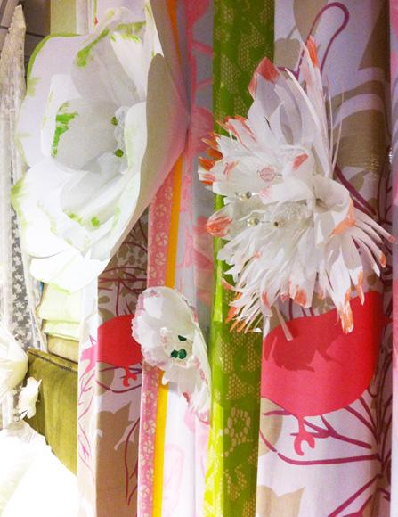 Διακόσμηση βιτρίνας χάρτινα λουλούδια