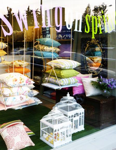 Διακόσμηση βιτρίνας μαξιλάρια υφάσματα