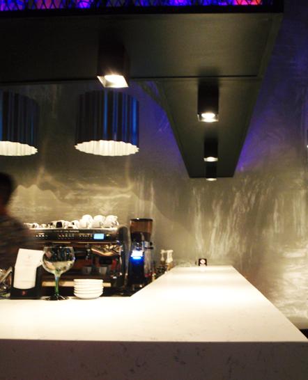 Φωτισμός μπάρας με μεταλλικά φωτιστικά και κύβους