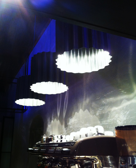 Φωτισμός καφέ με φωτιστικά από μέταλλο