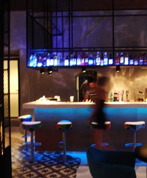 Εσωτερική διακόσμηση μπαρ καφέ με φωτισμό