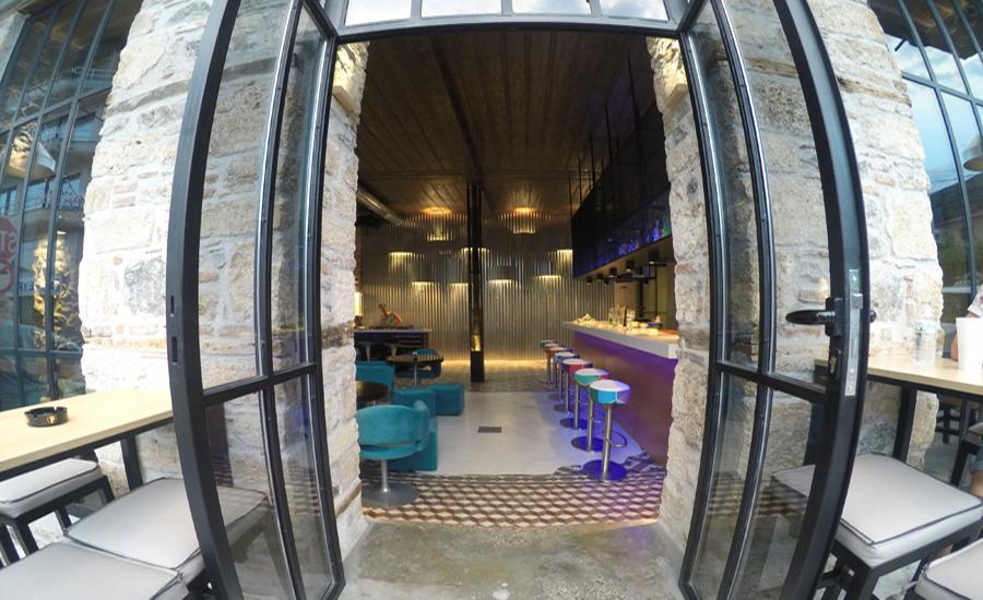 Κατασκευή διακόσμηση πέτρινου καφέ μπαρ