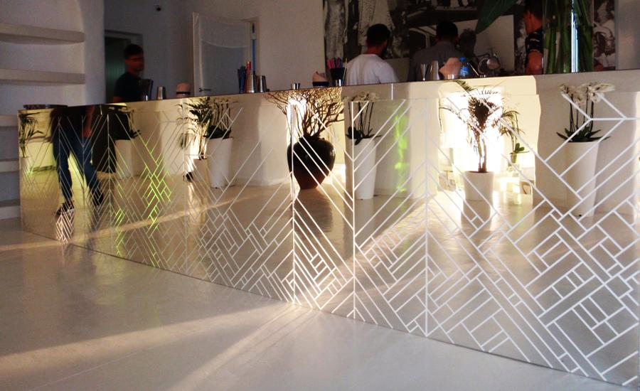 Επιφάνεια με επένδυση ψηφιδωτού καθρέπτη σε εσωτερικό μπαρ